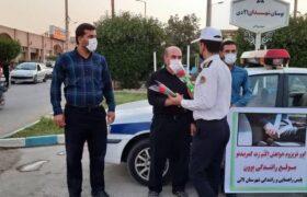 فرهنگ سازی خلاقانه پلیس راهور در لالی/اهدای گل برای بستن کمربند + تصاویر