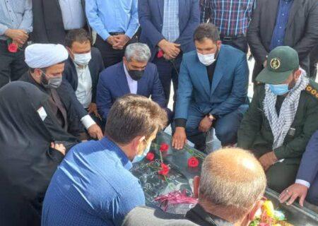 زیارت قبورشهدای دانش آموز شهر های لالی،مسجدسلیمان وایذه ازسوی یک هیئت اعزامی از استان البرز + عکس
